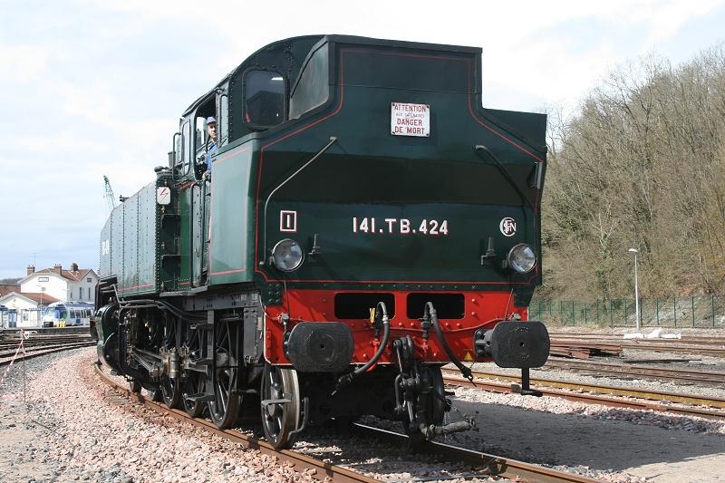 La locomotive 141 TB 424 se met en tête de la rame