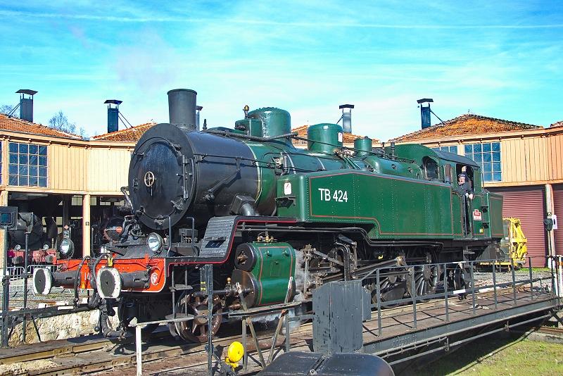 La locomotive à vapeur 141 TB 424 sur le pont tournant de Longueville
