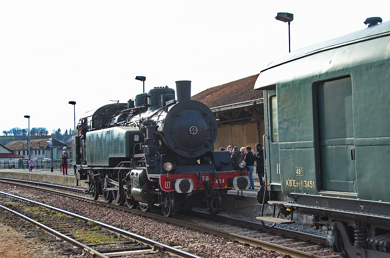 La locomotive 141 TB 424 se remet en tête