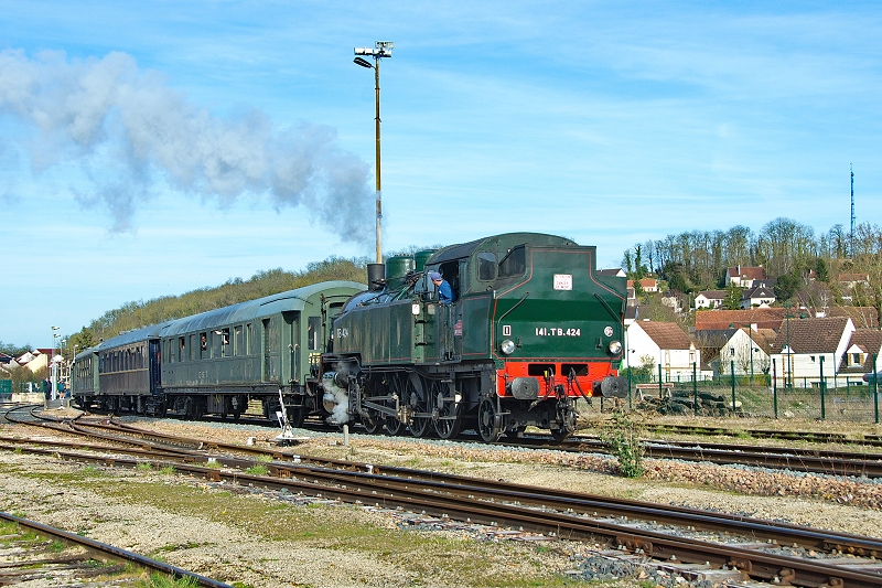 Le train à vapeur des oeufs de Pâques quitte Provins